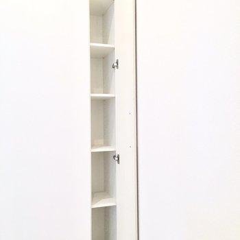 洋室の隅には本屋やCDサイズの収納も。
