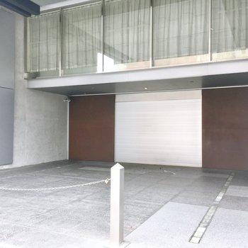 共用部】この茶色のドアがマンションの入り口。左手がゴミ捨て場と駐輪場、右手はエントランスへ。