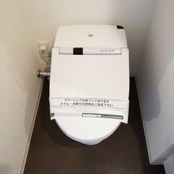 トイレは嬉しい温水洗浄便座つき◎※写真は5階の反転間取り別部屋のものです