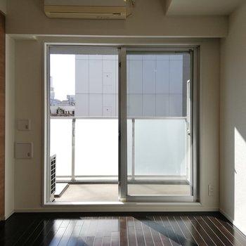 窓が大きいので、お部屋が明るくなります※写真は5階の反転間取り別部屋のものです