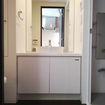洗面台は鏡が大きくて身支度しやすいですよ※写真は5階の反転間取り別部屋のものです