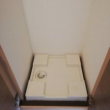 シューズボックスの隣には洗濯機置き場があります※写真は5階の反転間取り別部屋のものです