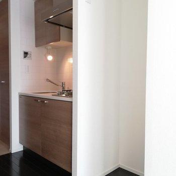 キッチンとその横には冷蔵庫置き場があります※写真は5階の反転間取り別部屋のものです