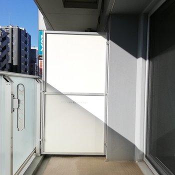 洗濯物を干すだけじゃもったいないくらい幅広なベランダ※写真は5階の反転間取り別部屋のものです