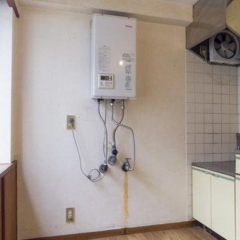 【キッチン】ゆったりと使えそうです。冷蔵庫は給湯器の左手に。