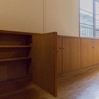 【キッチン】背面には大容量の棚があります。