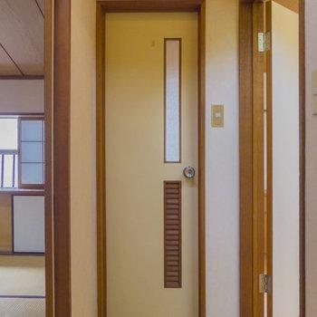 トイレは2階に上がってすぐのところに。