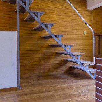 【リビング】階段の下の空間、なにかに利用できそう。