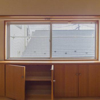 【洋室】このお部屋にも棚があります。
