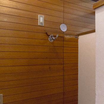 【リビング】洗濯機置き場。目隠しがあるので生活感は出にくいかと。