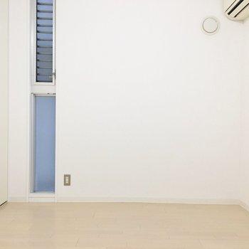 こちらは2面採光。※写真は2階の同間取り別部屋のものです