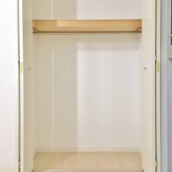 収納は上にも棚があり、使い勝手よさそう。※写真は2階の同間取り別部屋のものです