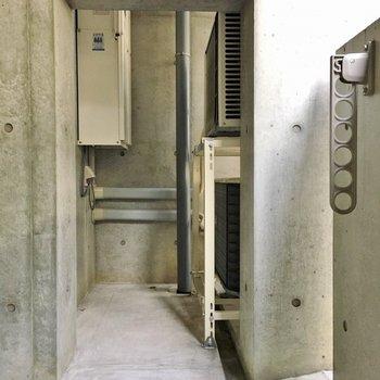 バルコニーはコンクリでかっこ良く。※写真は2階の同間取り別部屋のものです