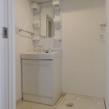 下に降りて、水回り!脱衣所にはスッキリとした洗面台。(※写真は清掃前のものです)