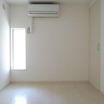 玄関左に1部屋。エアコン付きも嬉しい!