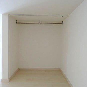 奥の凹んでいる場所には服を掛けられるスペースも。シーズンオフのものはここに置いてもいいかも!(※写真は清掃前のものです)