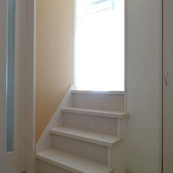 玄関入ってすぐに小さな階段。扉が2つありますよ!(※写真は清掃前のものです)