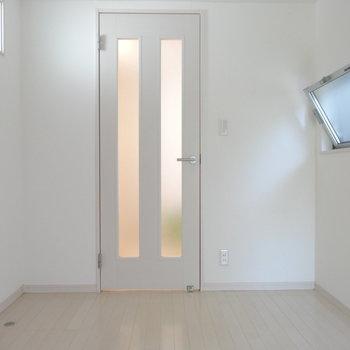 窓がたくさんあるので風通しも◎この部屋は寝室兼書斎にいいかも!