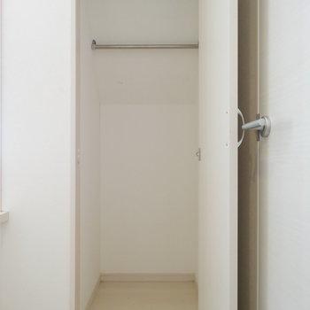 階段真横の扉は収納スペース。奥行きしっかり◎(※写真は清掃前のものです)