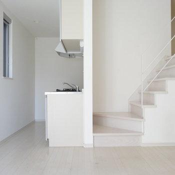 階段の前にキッチン。横に冷蔵庫置けそうです◎