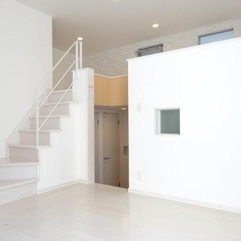 お部屋の中に階段が!真っ白な空間が素敵♪(※写真は清掃前のものです)