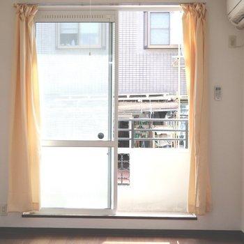 窓からの日差しで白い壁が浮きだちます