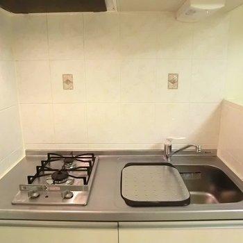 キッチンも十分◎※写真は同階の反転間取り別部屋のものです