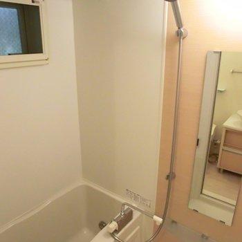 ここにも窓♪※写真は同階の反転間取り別部屋のものです