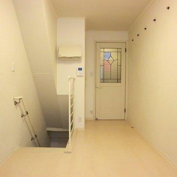 扉もかわいい!※写真は同階の反転間取り別部屋のものです