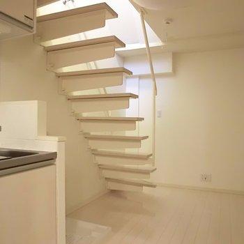 階段の存在感。その下には洗濯機スペースです。※写真は同階の反転間取り別部屋のものです