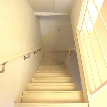 地下へ♪※写真は同階の反転間取り別部屋のものです