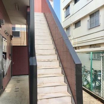 2階までは、すこ~し高さのある階段を登ってね。