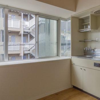 出窓のあるキッチン、良いですね。なにか飾りたいな。※写真は通電前のものです