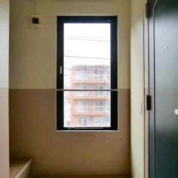 共用部の窓からは向かいの通りが見えますよ〜!