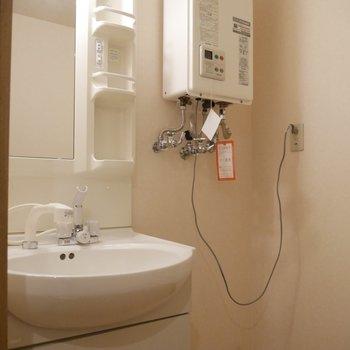 脱衣所の中に、独立洗面台も◎