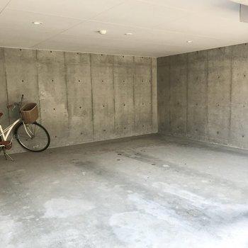 駐車場はこちら、今のところ空きはありません…!