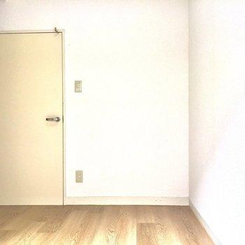 右の扉は3.5帖の洋室です