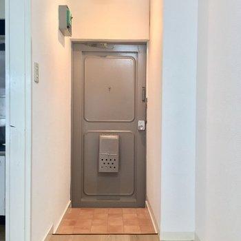 玄関に靴箱はないので手前のくぼみに合うサイズを調達下さい♪