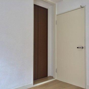 扉の横にちいさな扉!