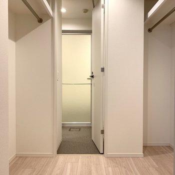 ベッドルームと洗面所の間にウォークインクローゼットが!仲良く二人で分けられます。※写真は似た間取りの5階の別部屋の写真です