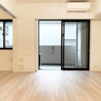 明るい色合いのお部屋です〜!※写真は似た間取りの5階の別部屋の写真です