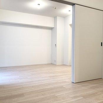 寝るときはスライドドアで仕切りましょう。※写真は似た間取りの5階の別部屋の写真です