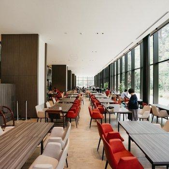開放感のあるラウンジ&食堂&カフェが!