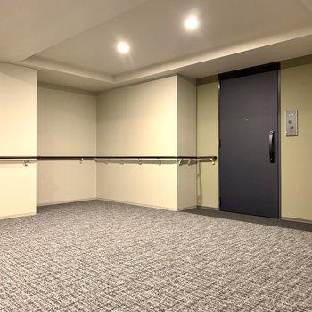 ここがお部屋ですね!玄関前も、広いです。早速行ってみましょう。