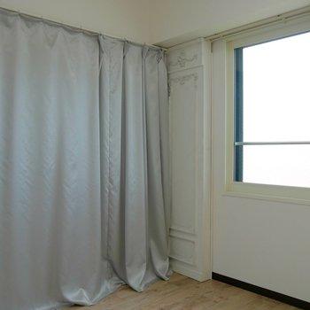 光沢のあるカーテンの裏は