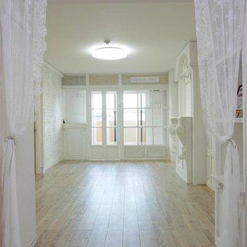 ヴィンテージ調の白いお部屋、繊細のレースがシャビーシックでかわいい♪