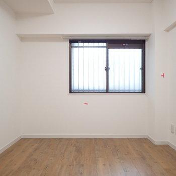 こちらは玄関側。6帖あるので子供部屋としても十分ですね