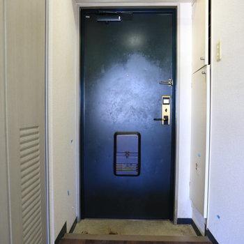 ドアは重厚感。※写真はクリーニング前のものです