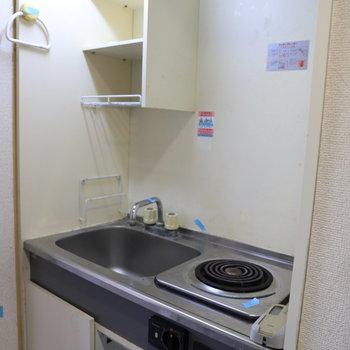 コンパクトなキッチン。※写真はクリーニング前のものです