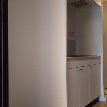 台所の脇にはしっかり冷蔵庫を入れるスペースを確保。
